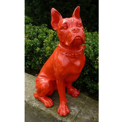 Bouledogue assis collier rouge
