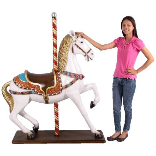 Cheval de carrousel sur socle