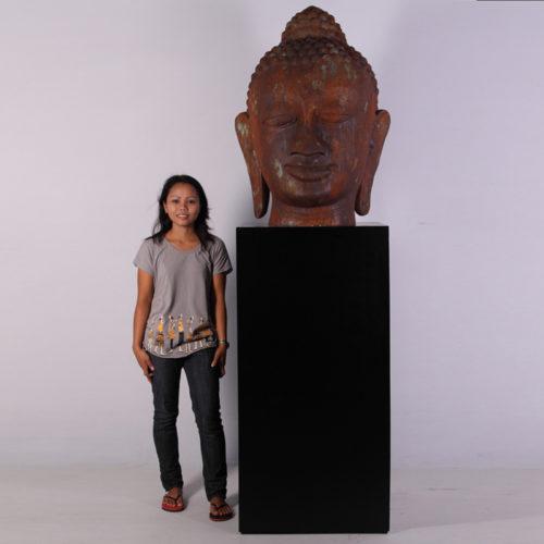 Tête de Bouddha géante sur socle