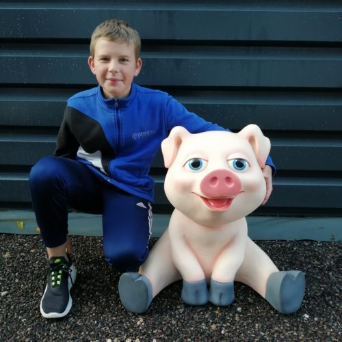 cochon-comique-assis-drôle-rigolo-porc-truie-la-ferme-animaux-rose-queue-en-tir-bouchon-groin-porc-nlcdeco-résine-décor-animation-fête-foraine-restaurant-boucherie-jambon-saucisson-vue-globale.jpg
