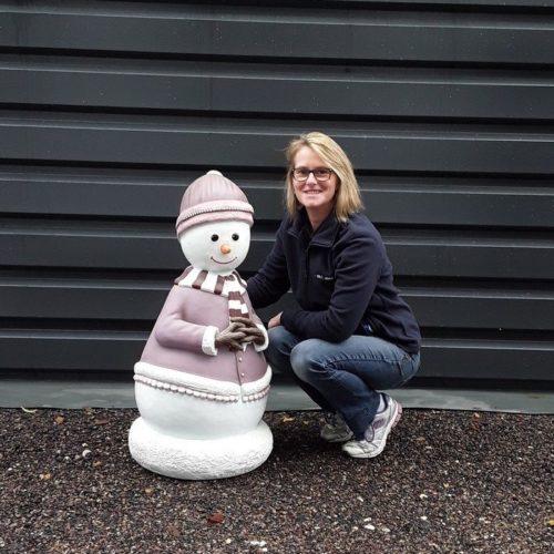 Bonhomme-de-neige-femme-froid-hiver-jeux-dextérieur-décor-en-résine-nlcdeco-taille-réelle-