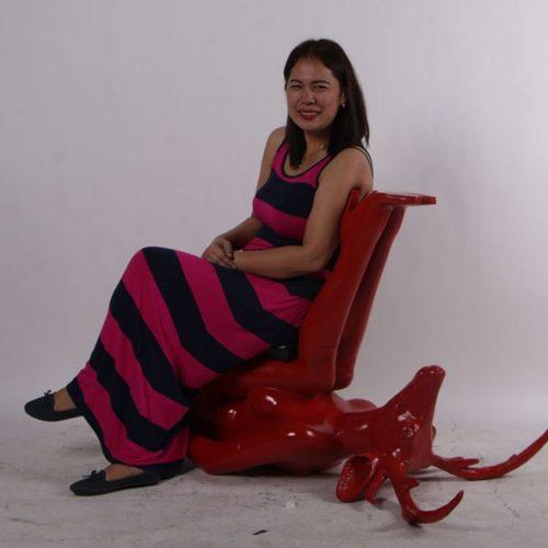 Chaise-cerf-nlcdeco-décors-et-figurines-en-résine-couleur-rouge-finition-brillant-hybride-tendance-design-créativité-art-originalité-salon-de-chasse-galerie-vue-assise.jpg
