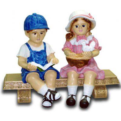 Couple d'enfants sur banc