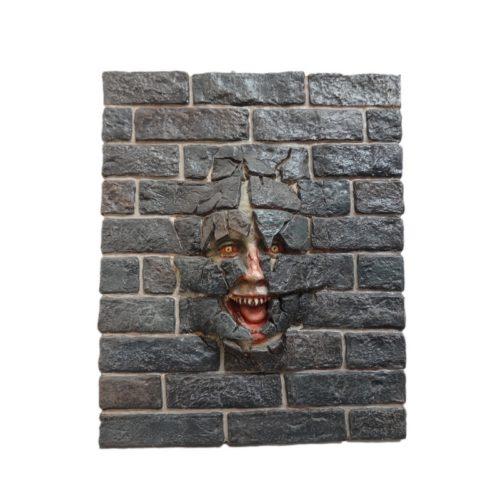 tête dans un mur effrayante nlcdeco